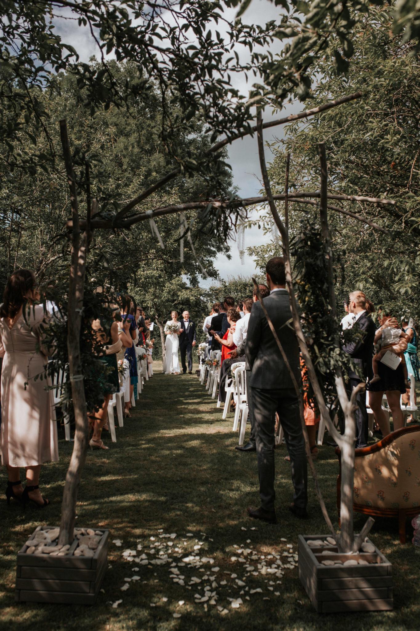 Arrivée mariée et son père cérémonie laïque verger jardin grange d'Espins