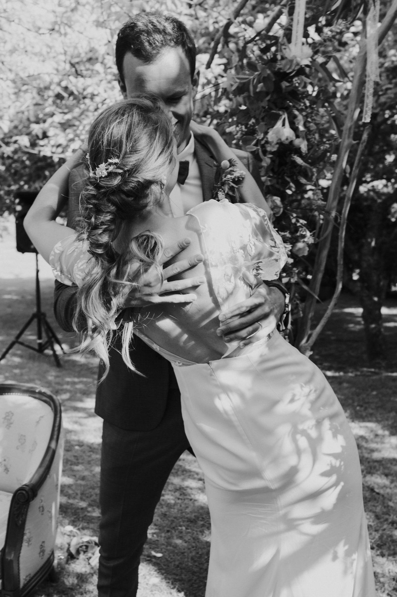 Baiser des mariés arche fleuri cérémonie laïque verger jardin grange d'Espins