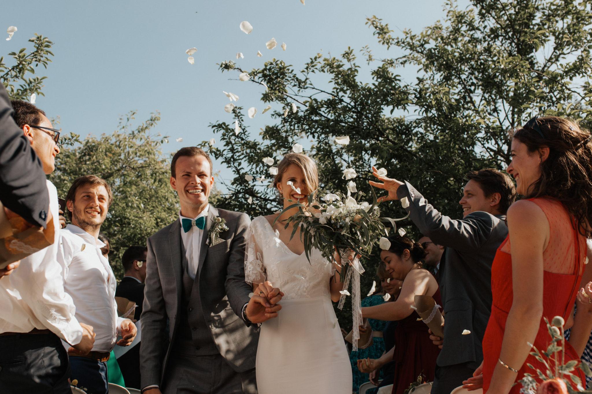 Sortie des mariés pétales de rose cérémonie laïque verger jardin grange d'Espins