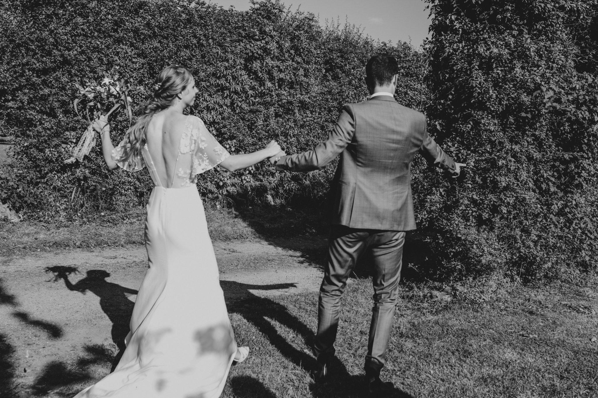 Sortie des mariés cérémonie laïque verger jardin grange d'Espins