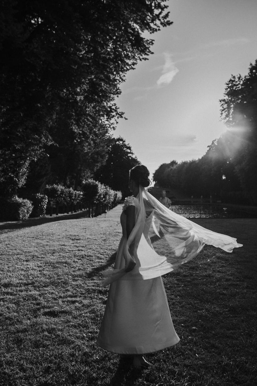 mariée danse avec son voile parc château de canon normandie