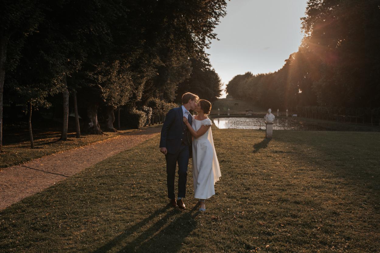 baiser mariées parc château de canon normandie golden hour