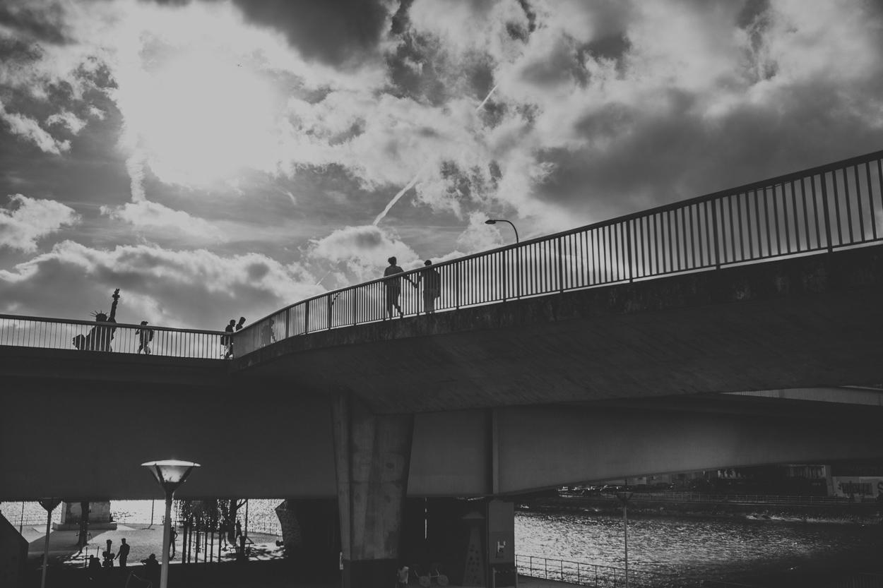 Amoureux sur le Pont de Grenelle face à la Statue de la Liberté