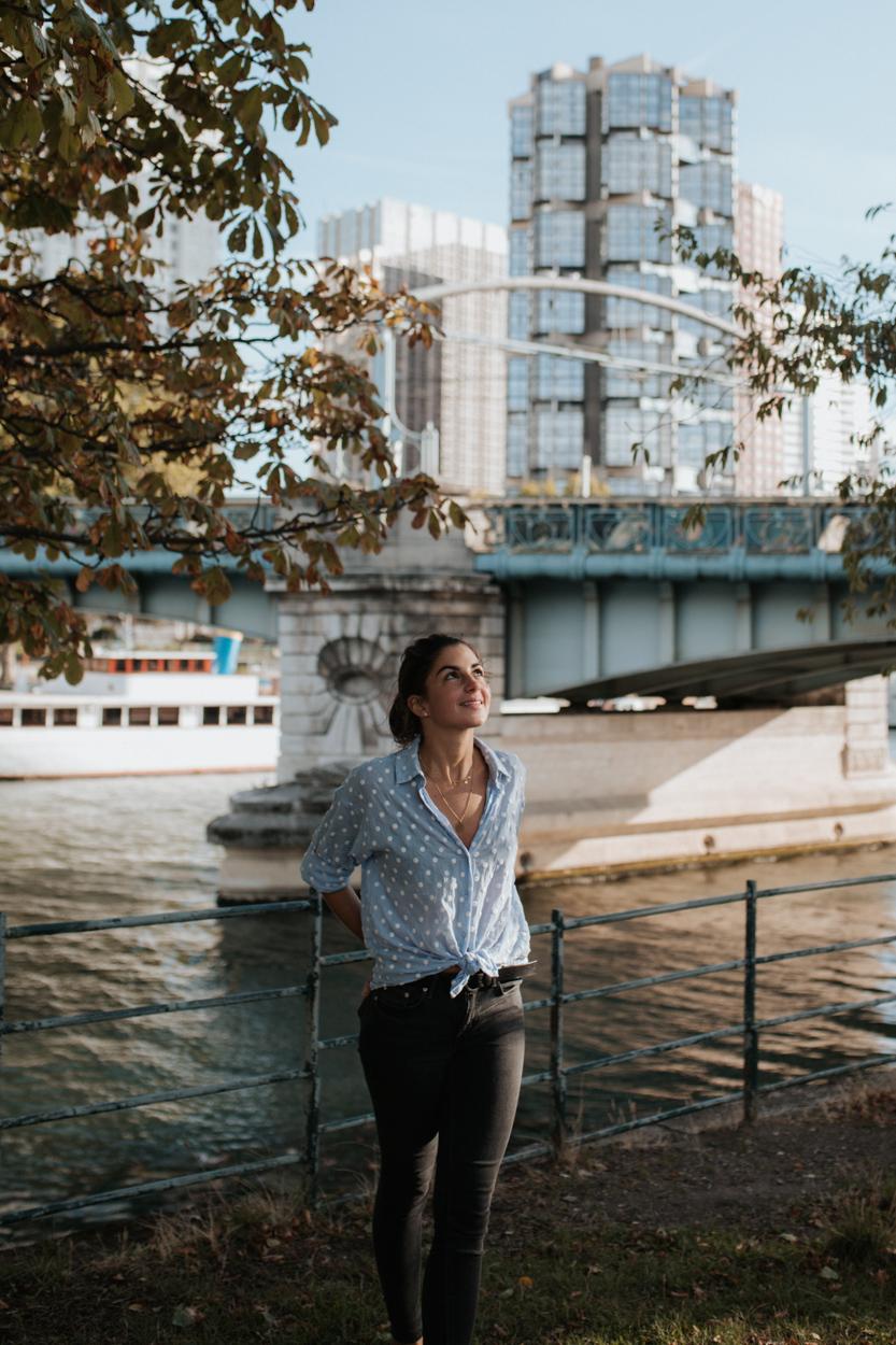Jeune femme Ile aux Cygnes quartier Beaugrenelle Paris 15e