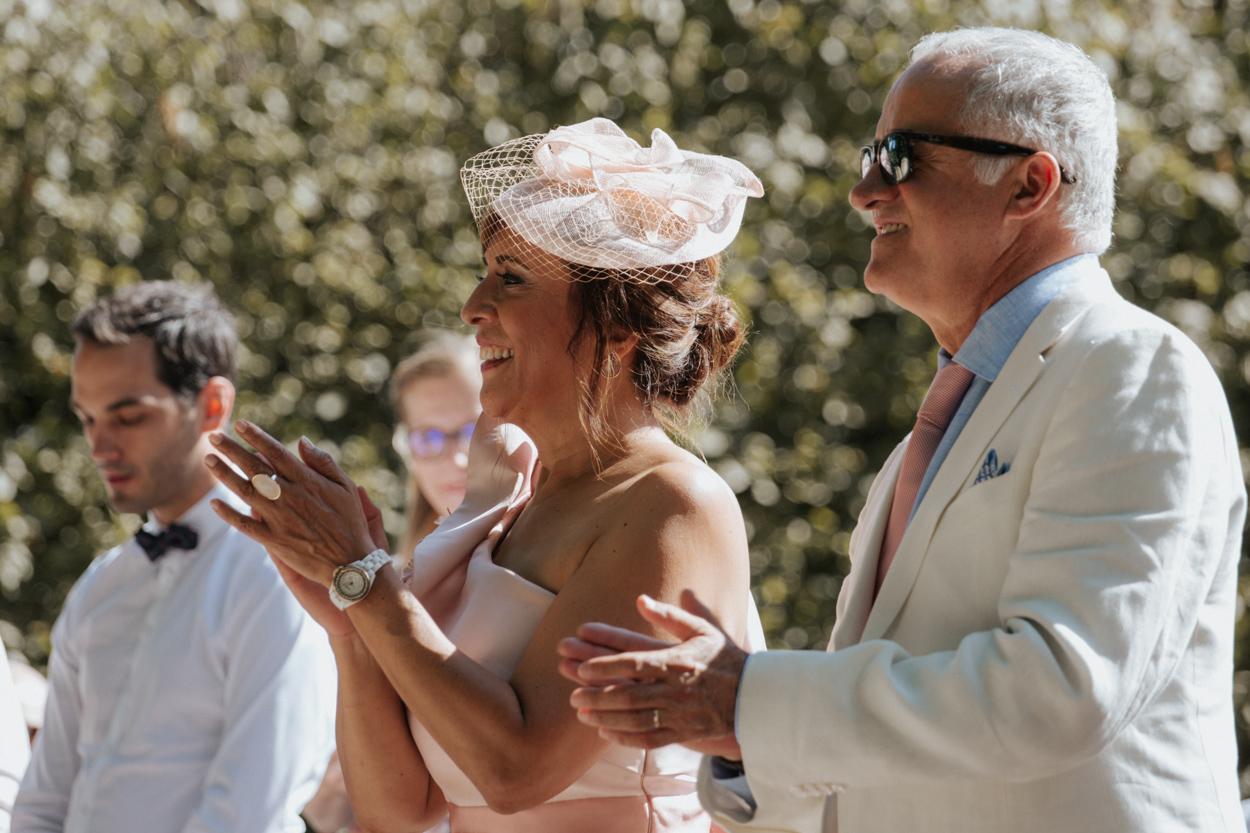 parents mariée cérémonie religieuse extérieure