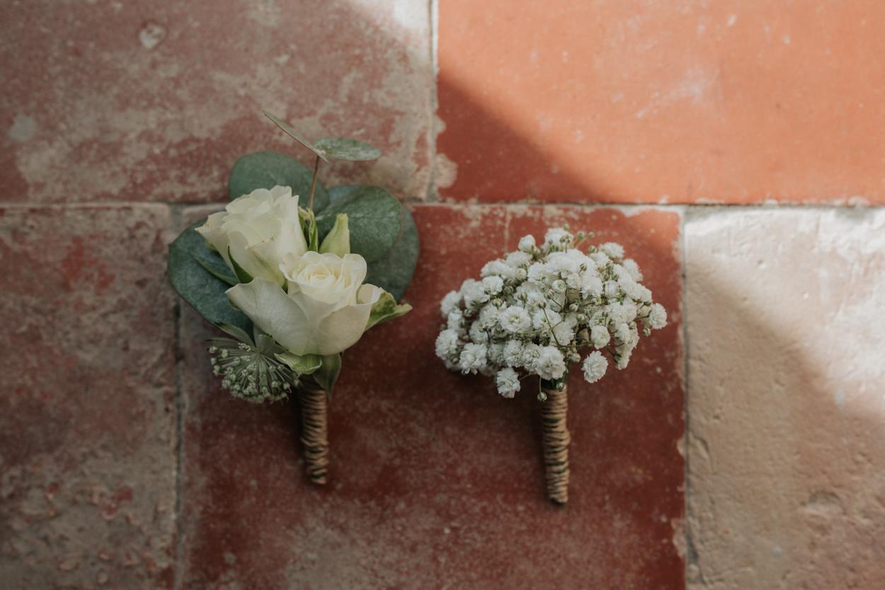 boutonnière marié et témoins rose blanche