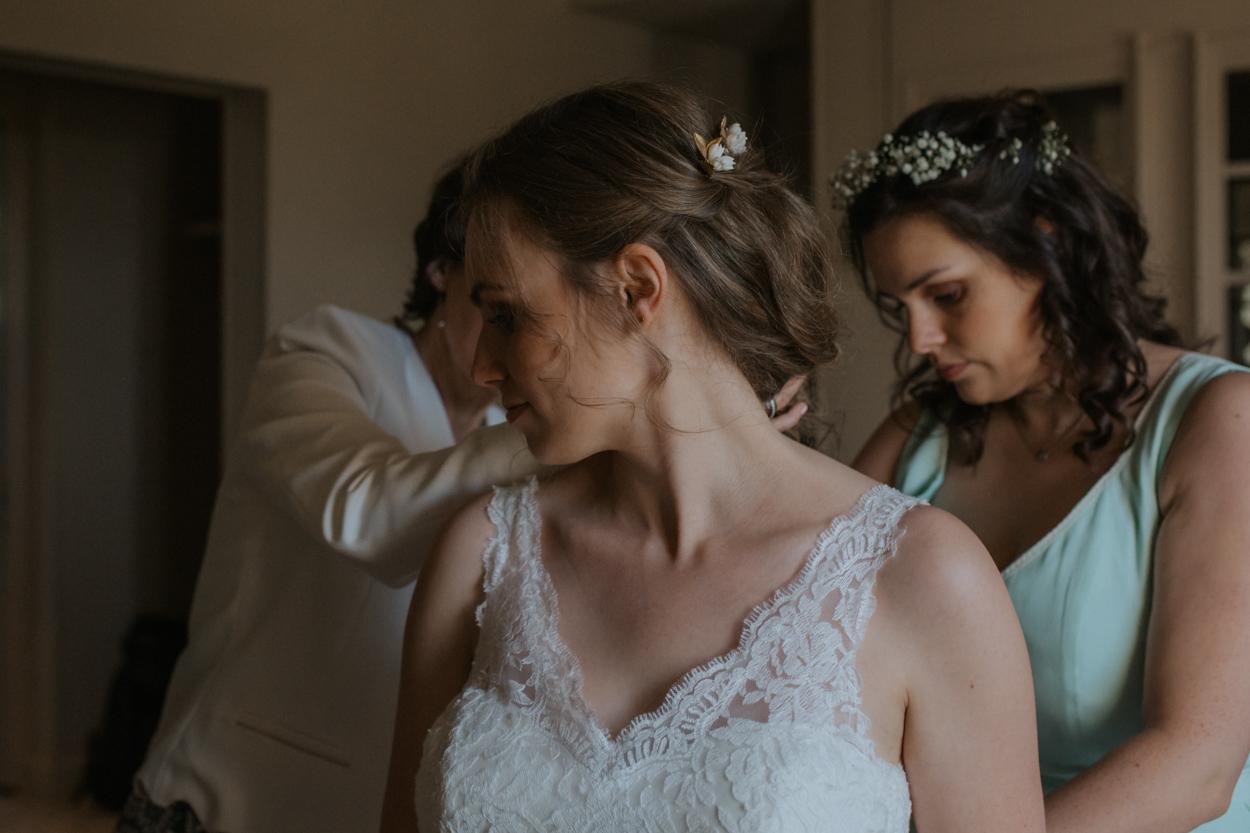 préparatifs mariée avec sa mère et sa soeur domaine laumondière mariage