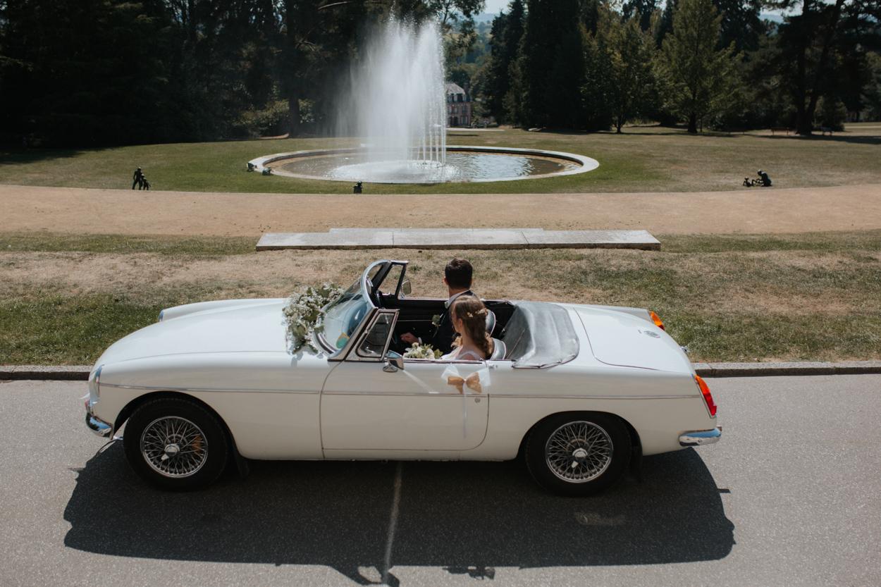 arrivée mariés MG décapotable parc mairie bagnoles de l'orne chateau de la roche-bagnoles