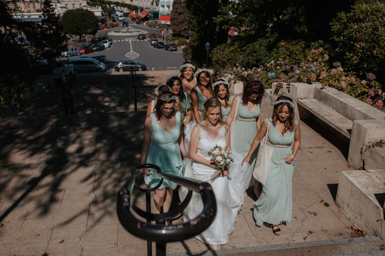 arrivée mariés et demoiselles d'honneur marches escalier église sacré coeur bagnoles de l'orne