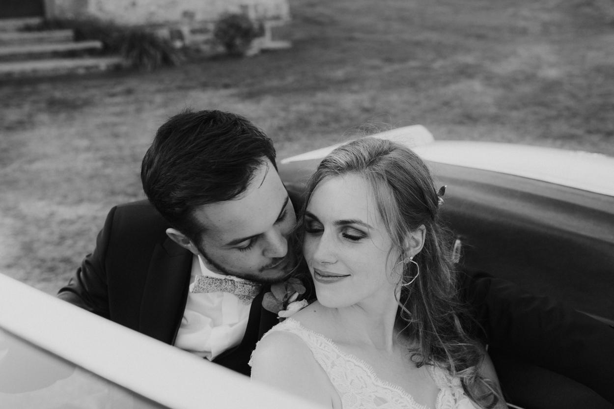 mariés dans MG décapotable mariage domaine laumondiere
