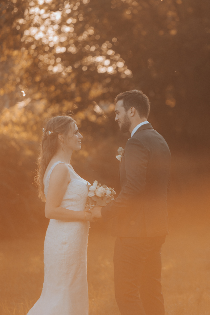 mariés golden hour domaine laumondiere mariage