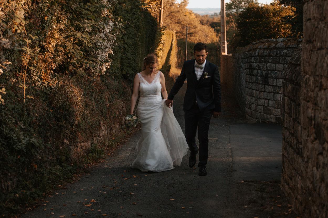 mariés marchant chemin domaine laumondiere