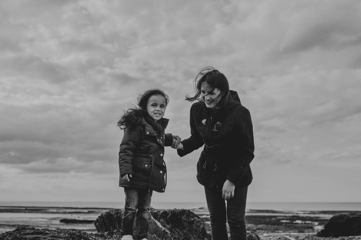 mère et fille sur les rochers de Saint Aubin sur mer