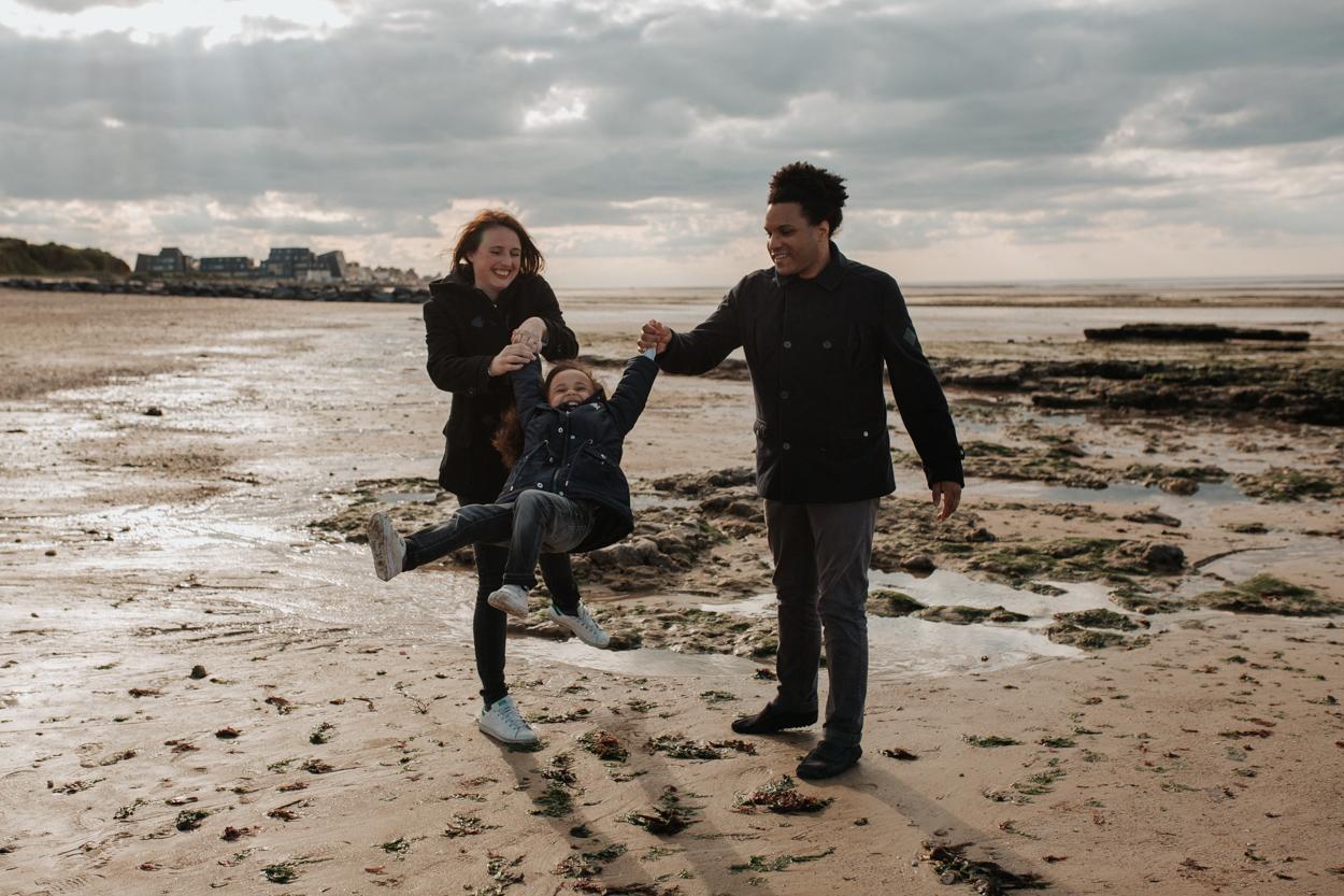 parents et enfant bord de mer cote de nacre