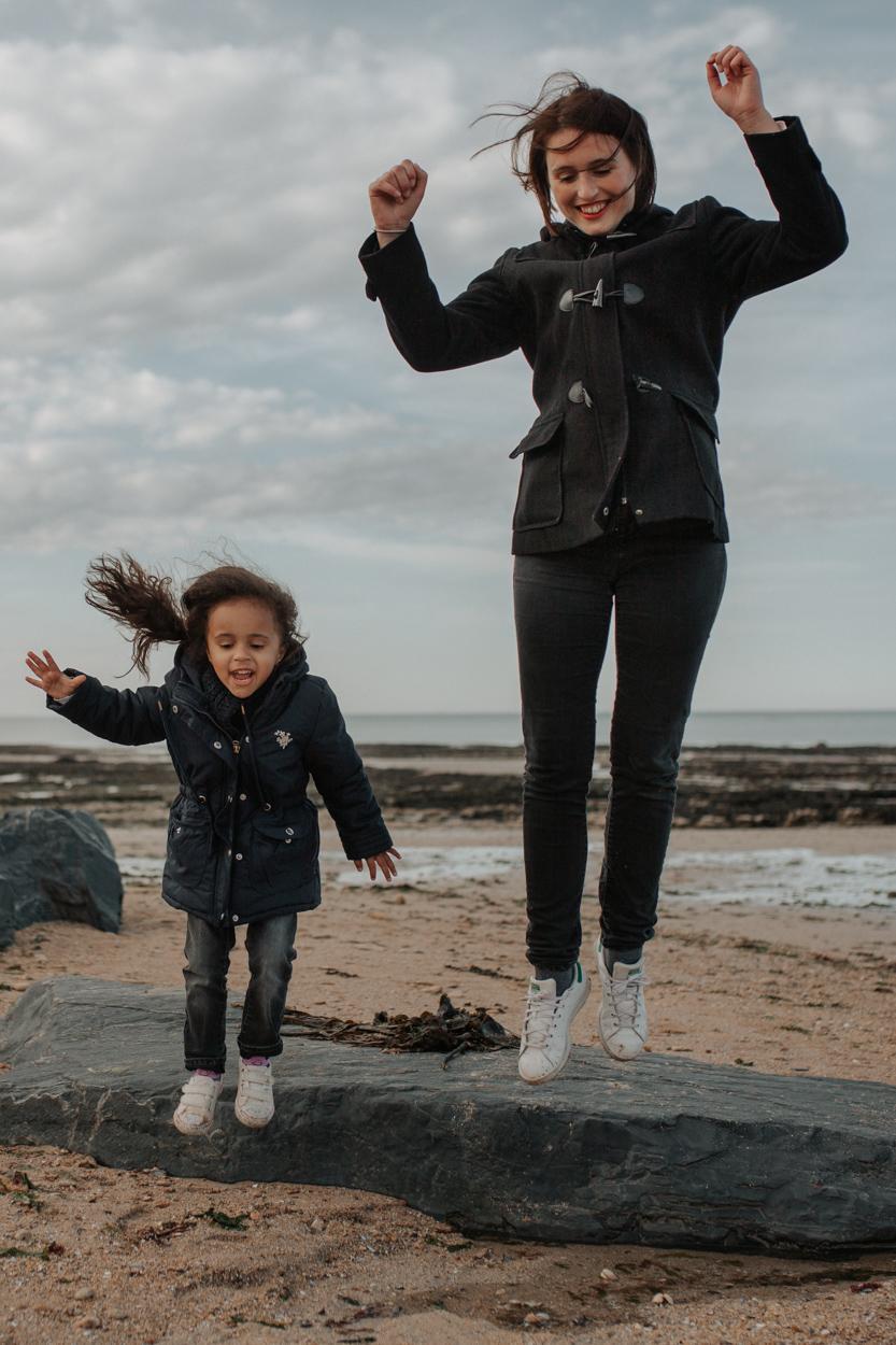 mère fille saut rocher plage bord de mer