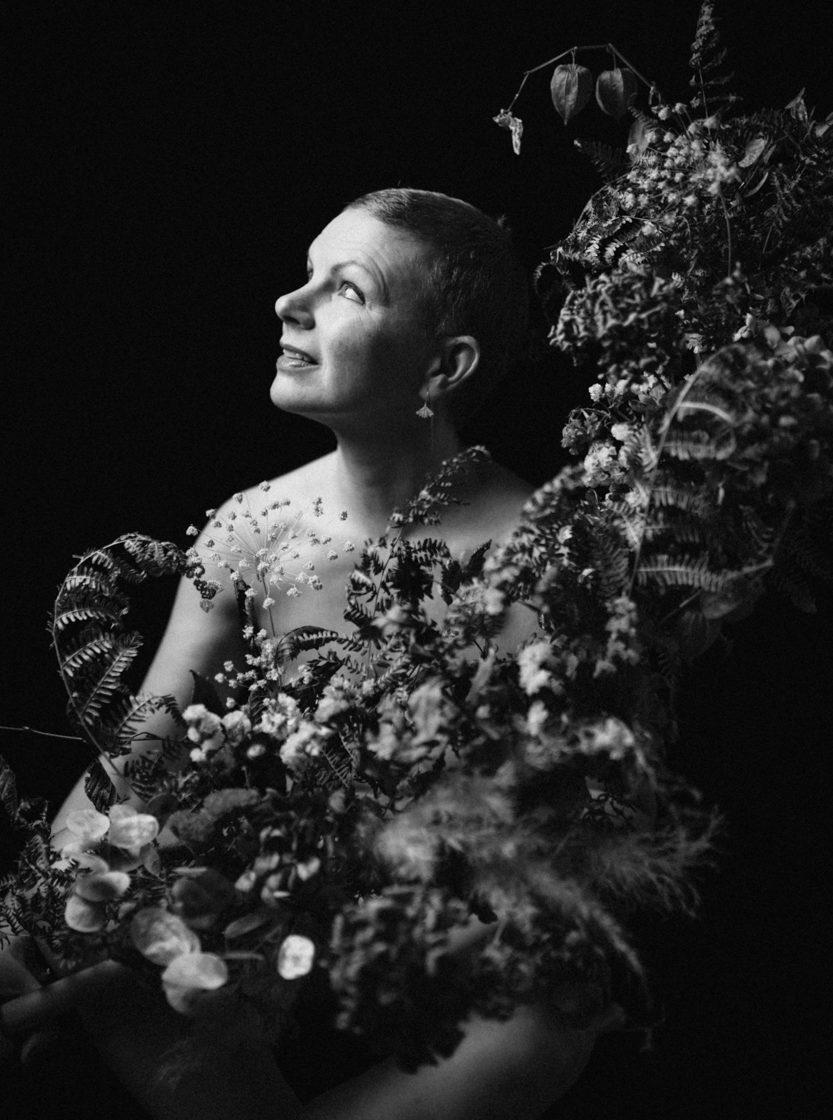 séance studio domicile structure florale Freya Joy noir et blanc