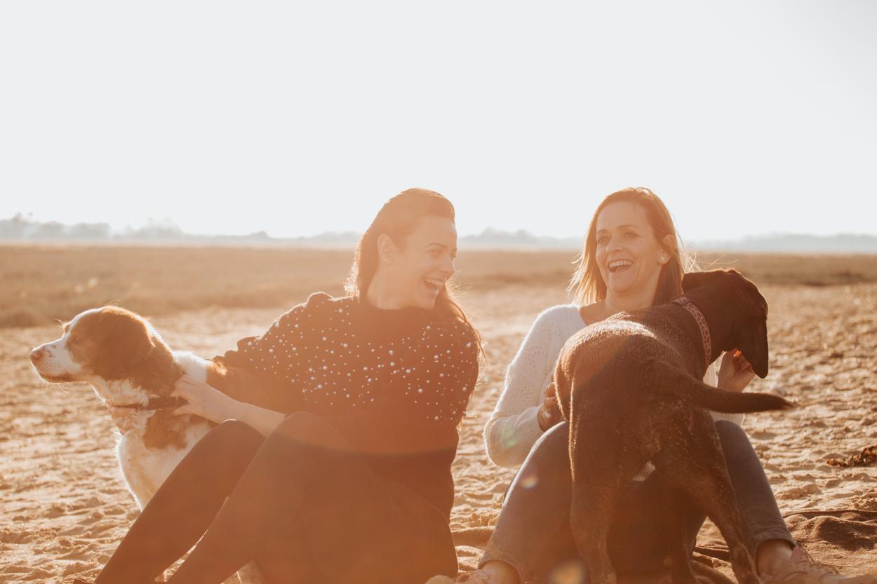 Séance lifestyle famille chiens à la plage, mère fille, épagneul et labrador
