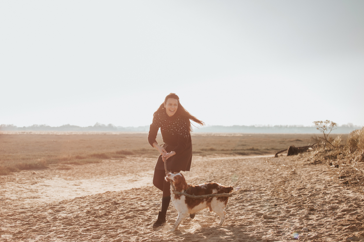Séance lifestyle famille chiens à la plage, fille et épagneul