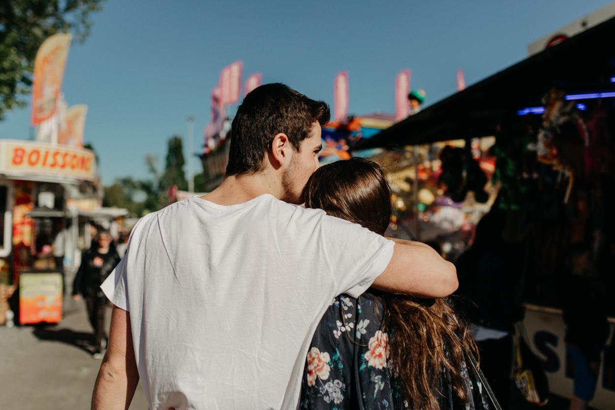 amoureux de dos baiser séance couple fête foraine