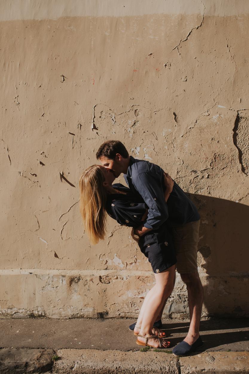 couple amoureux ruelle paris 18e été