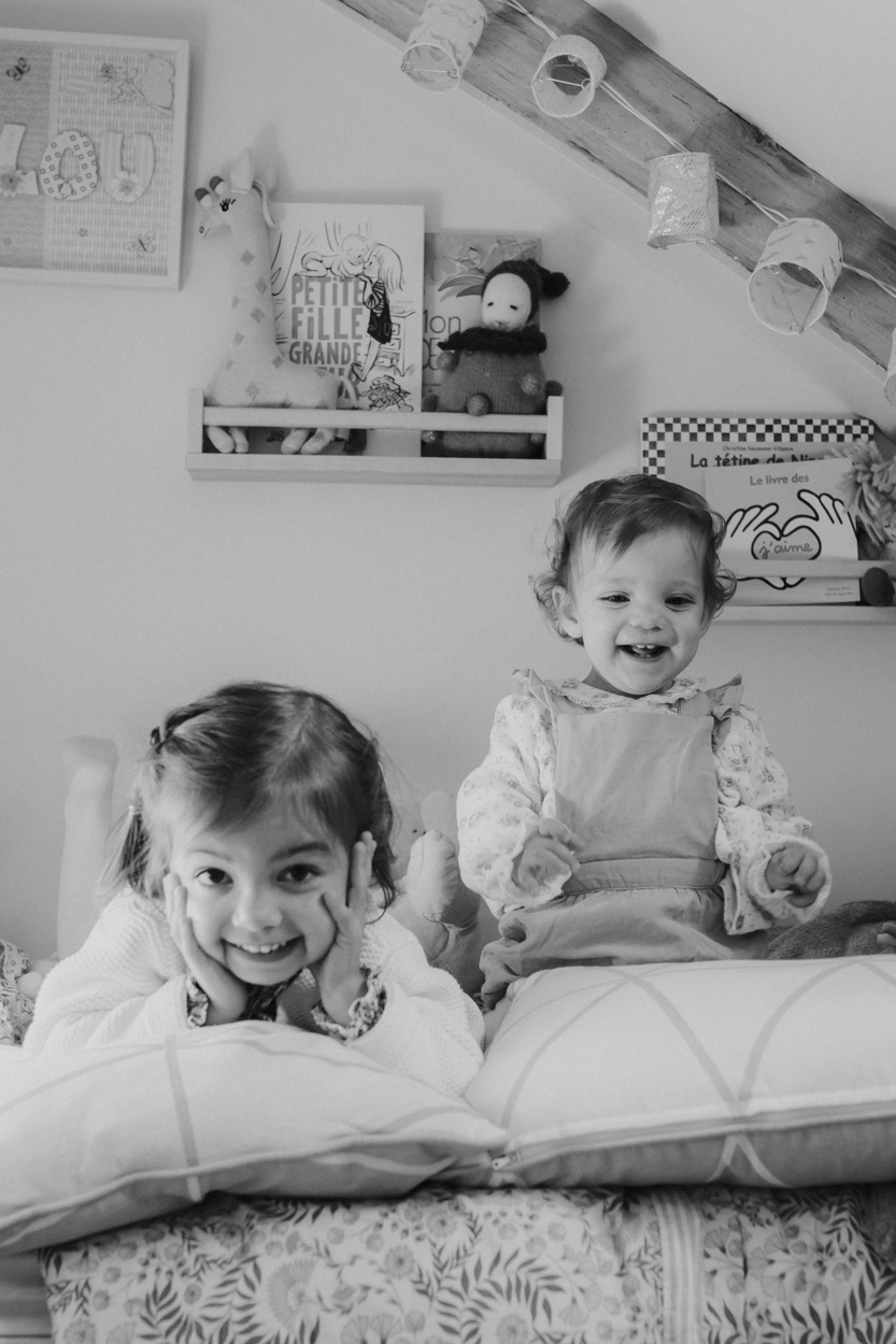 portrait 2 soeurs chambre enfant séance famille lifestyle