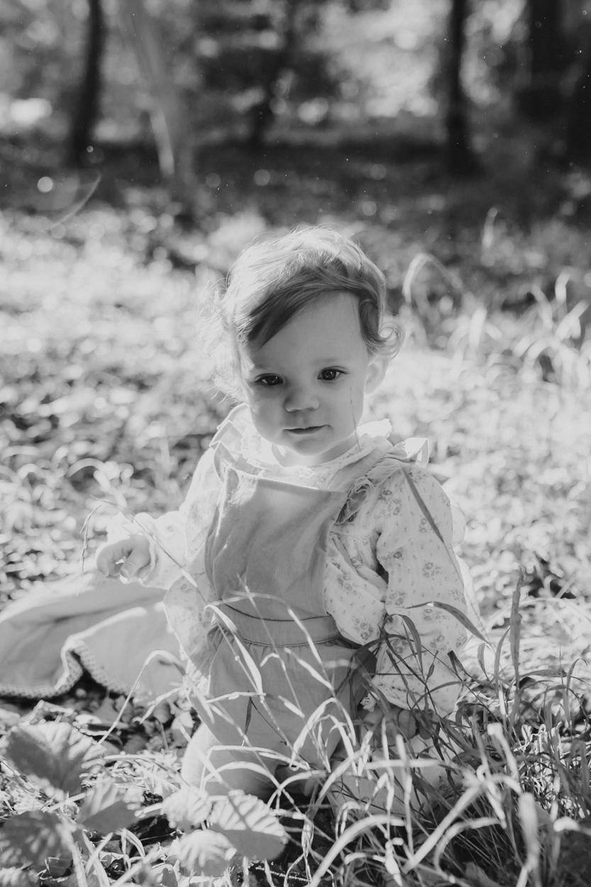 portrait bébé 1 an herbe et feuille forêt nature