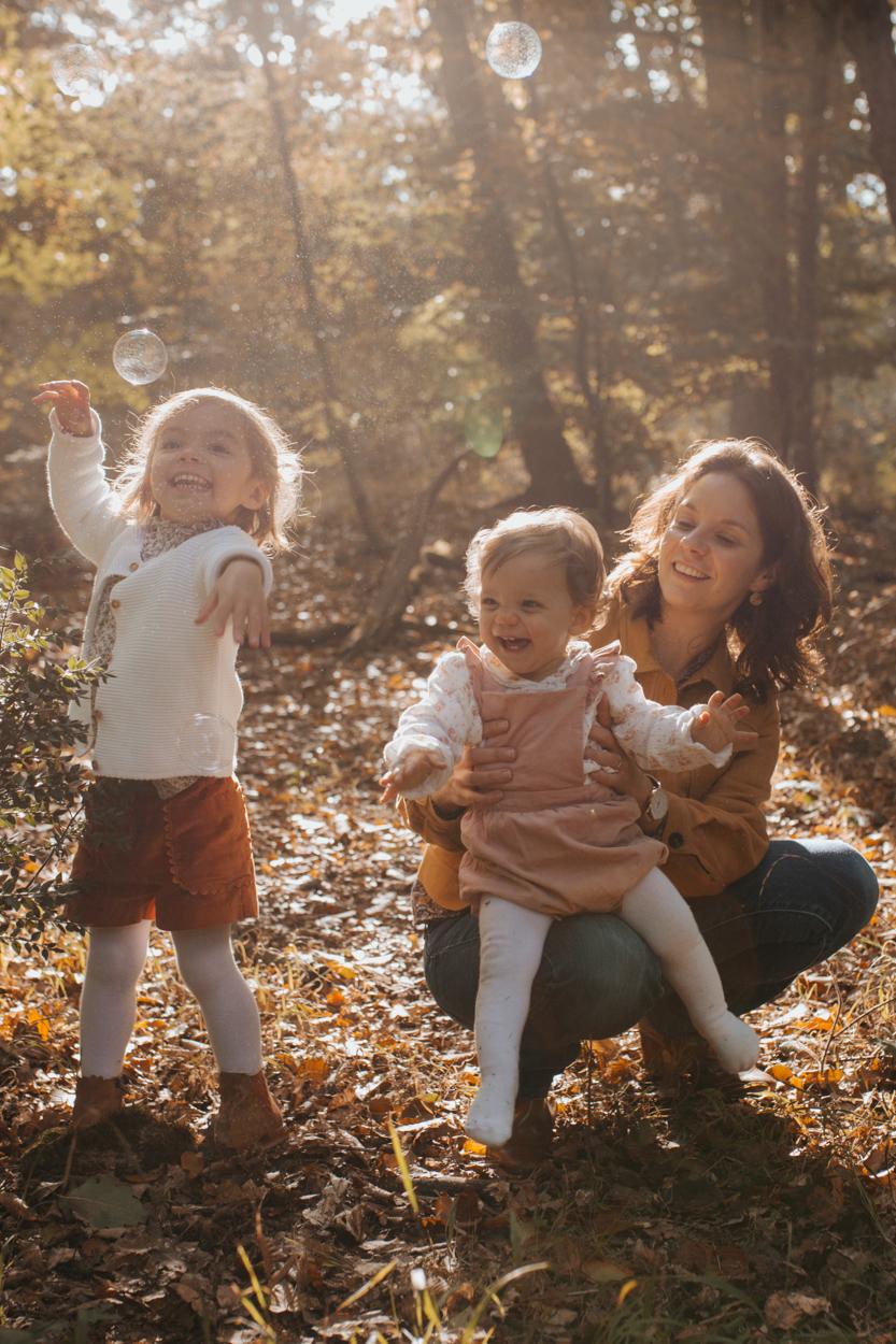 mère et filles séance famille forêt automne bulles savon