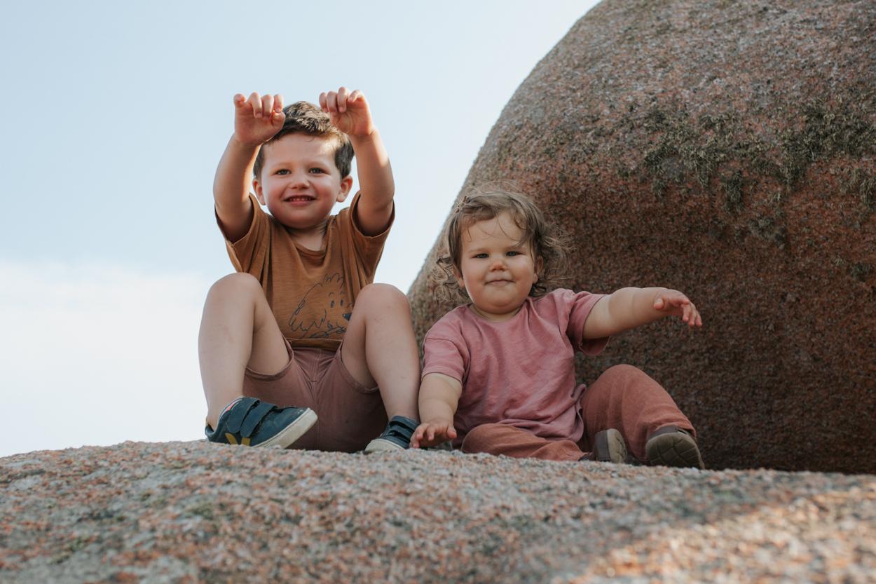 enfants frère et soeur rochers granit rose