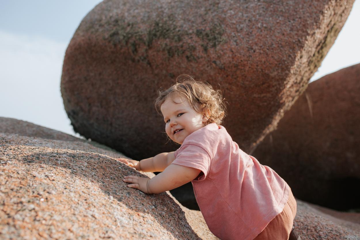 séance famille côte granit rose enfant escalade rochers